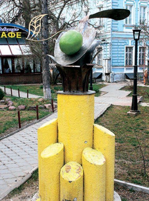 Monument to a spoon with olives in Nizhny Novgorod