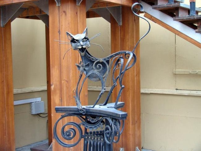 Ekaterinburg. Monument to a cunning iron cat