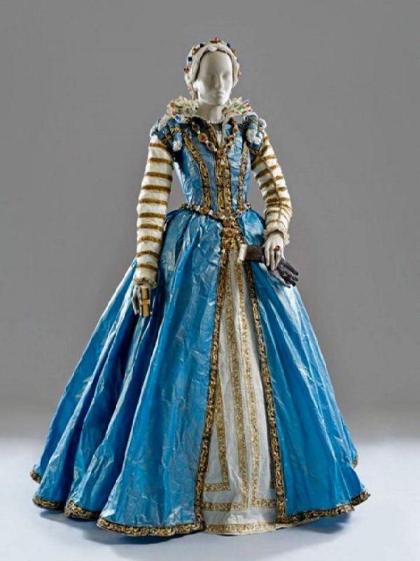 Medieval paper dresses by Isabelle de Borchgrave