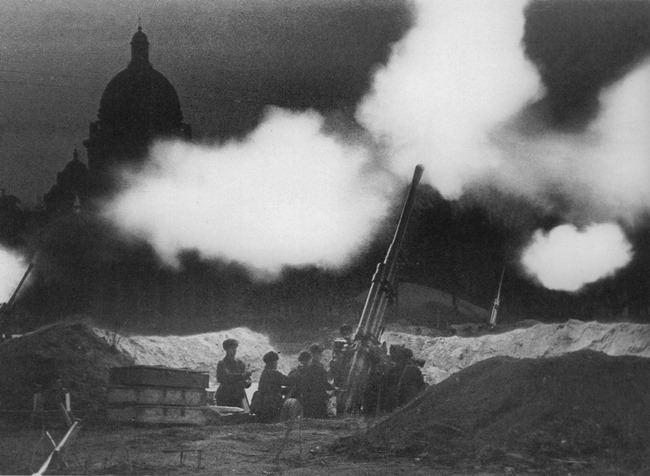 Anti-aircraft guns at the St. Isaac's Cathedral at night