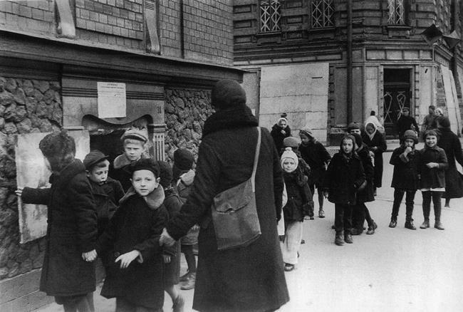 Children from Leningrad boarding school No. 7 are walking, 09.21.1941