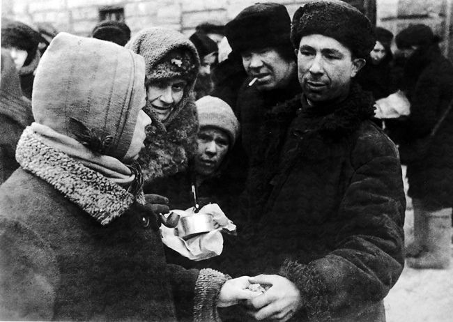 Exchange of goods in the market of besieged Leningrad, February 1942