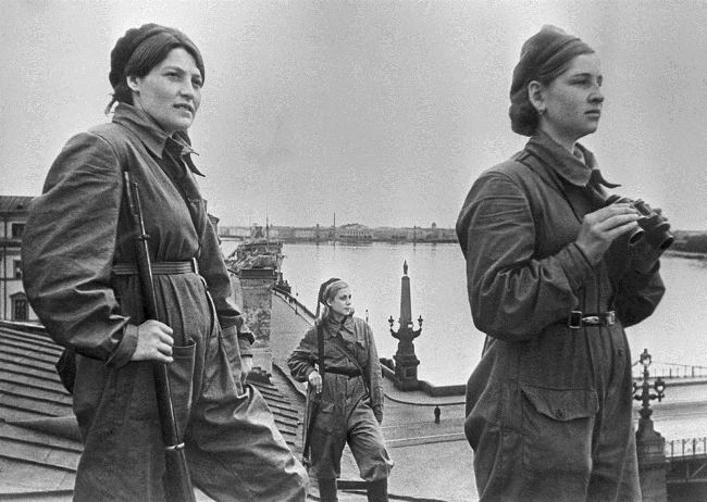 Female air defense fighters are on duty on the roof of the house number 4 on Khalturina Street in Leningrad