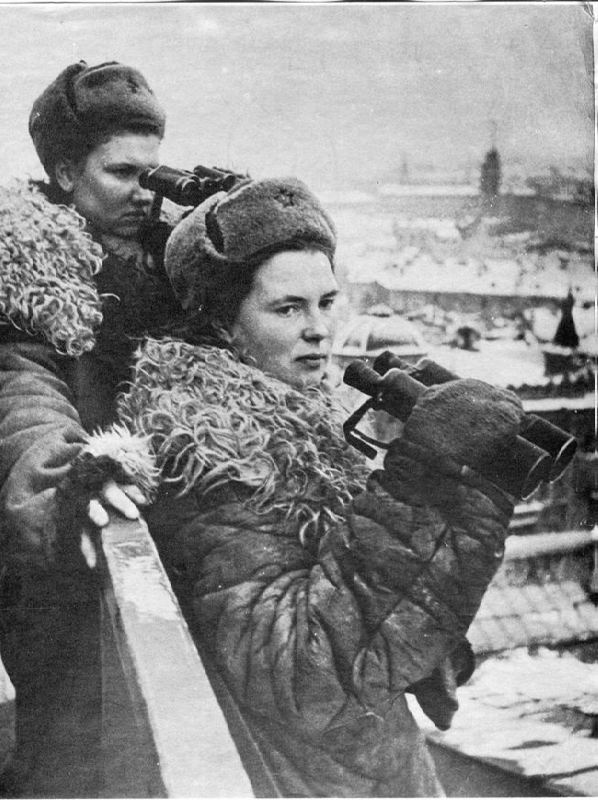 Girls from air defense units on the roofs of the besieged Leningrad