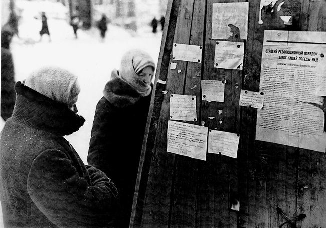 Residents of Leningrad read private ads on the sale and exchange of things for products