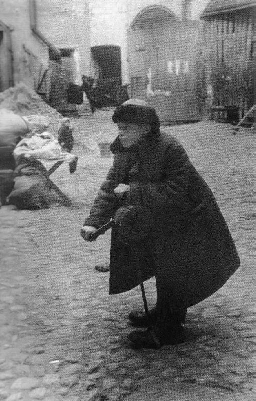 Schoolboy Andrei Novikov gives an air alarm signal, 10.09.1941