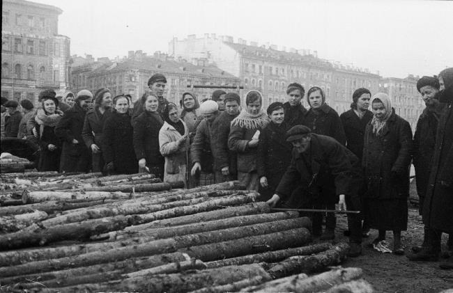 The delivery of firewood to the inhabitants of besieged Leningrad