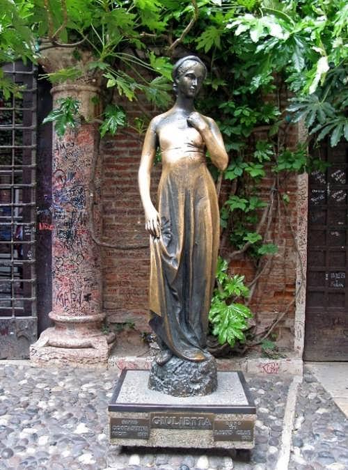 Juliet bronze statue