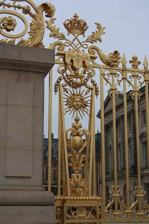 Symbols of Sun King in the decoration of the gate