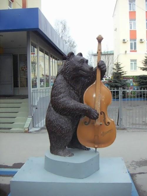 Bear with double bass in Nizhny Novgorod