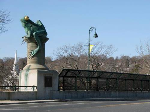 Monument to frog in Connecticut