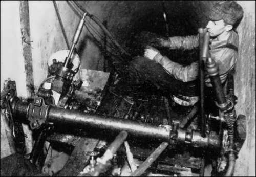 One of the drillers who paved tunnels on the construction of the dam