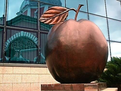 An apple monument in Kursk