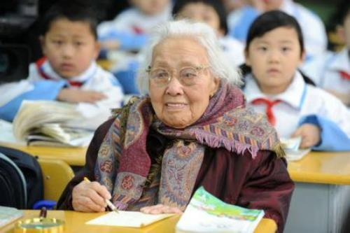 102-year-old Chinese woman entered Weshan Road Elementary School. Live and learn