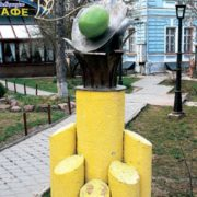 Monument to a spoon with olives in Nizhny Novgorod