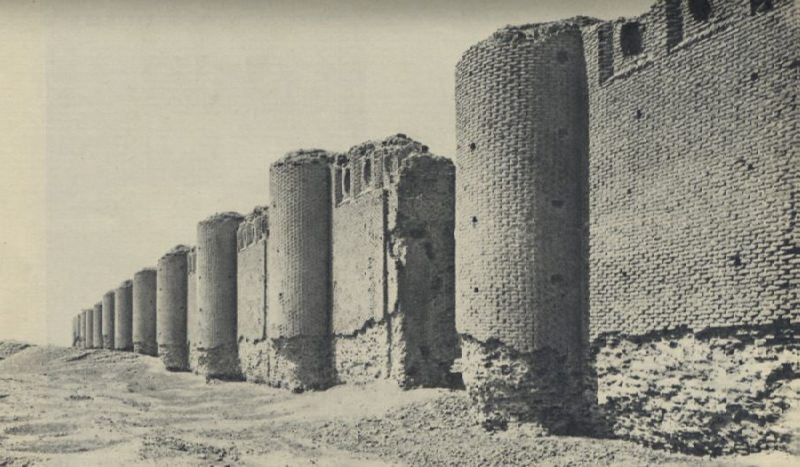 The walls of the Great Mutawakkil Mosque. The length of the sides of the mosque is 240 and 156 meters.