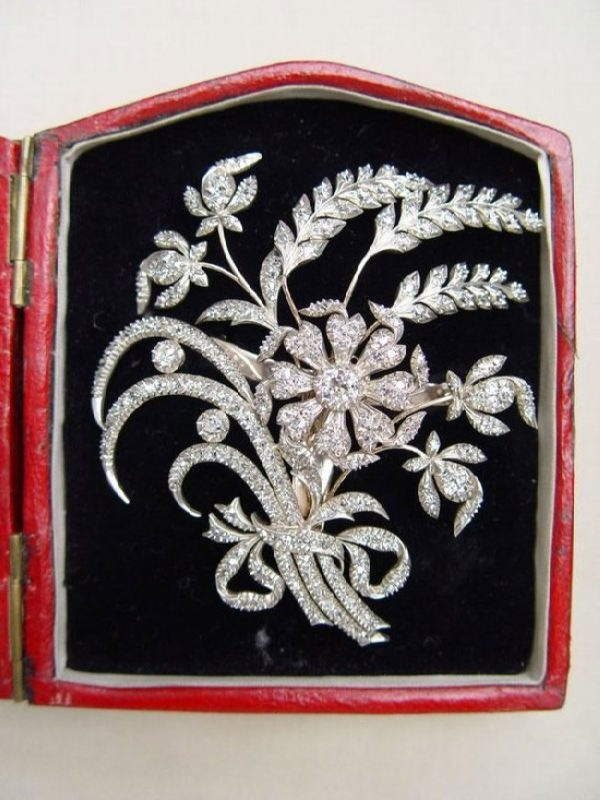 Aigrette in the form of a ribbon-tied trembler spray of flowers and wheat-ears of fine workmanship