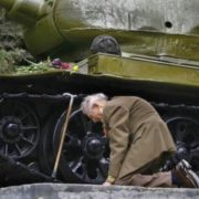 A veteran near the tank t34-85, in which he fought during the Great Patriotic War