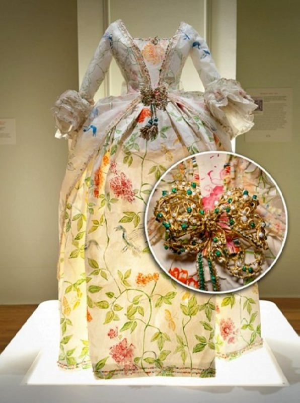 Costumes of kings and queens made of paper by Isabelle de Borchgrave