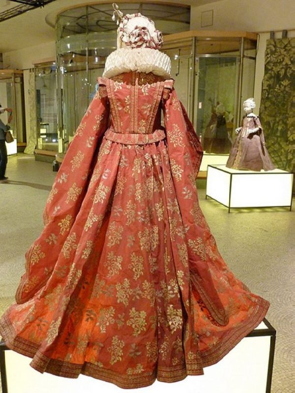 Paper fashion from the Middle Ages by Isabelle de Borchgrave