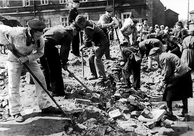 Sailors and workers of the Main Post Office dismantle the destroyed Leningrad buildings