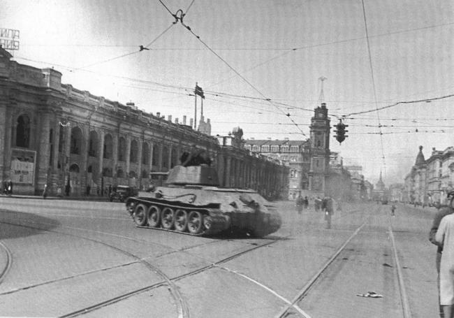 The corner of Nevsky Prospect and Sadovaya Street. Tank T-34, heading for the front. 1943